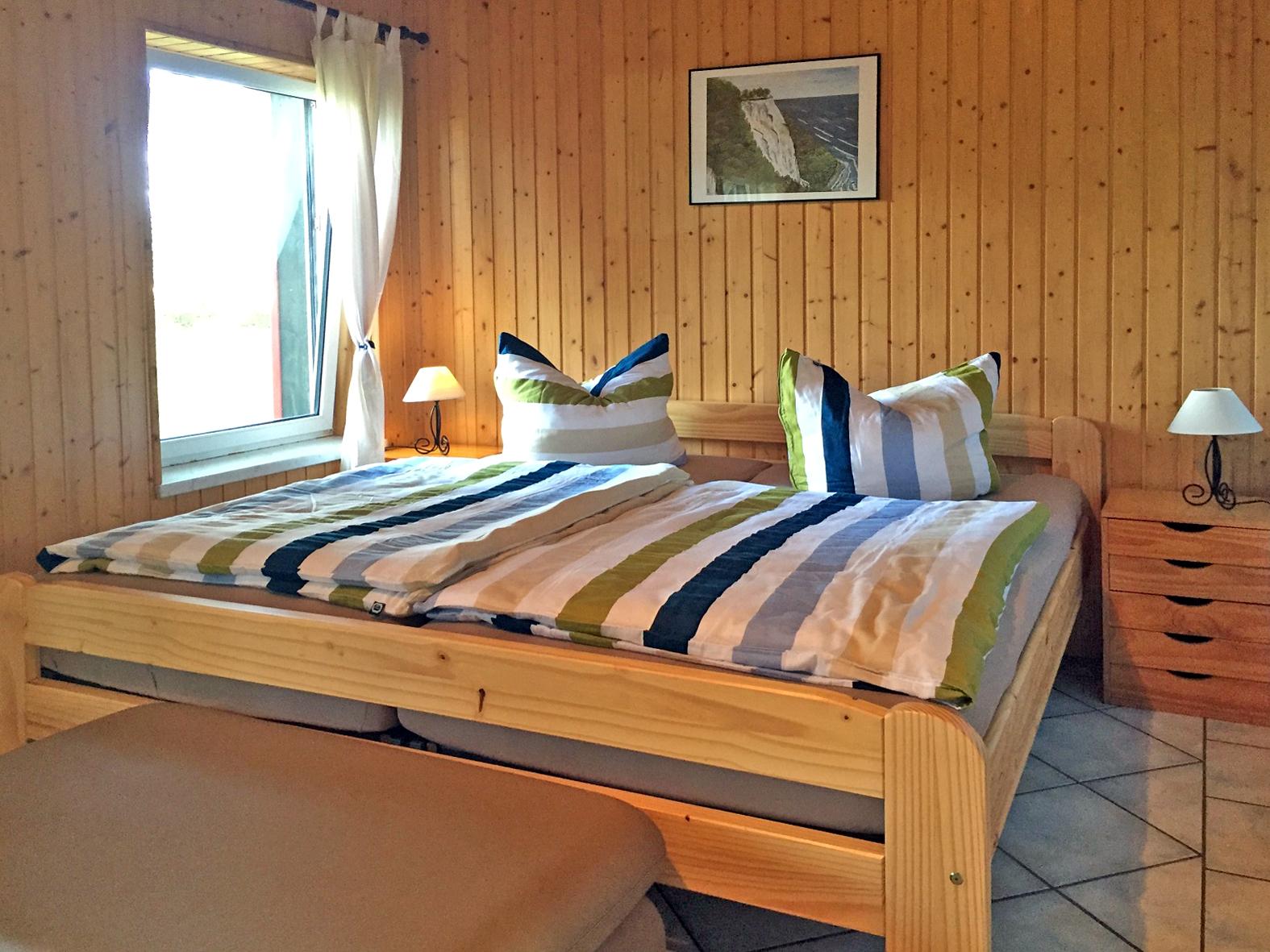 Schlafzimmer im roten Ferienhaus