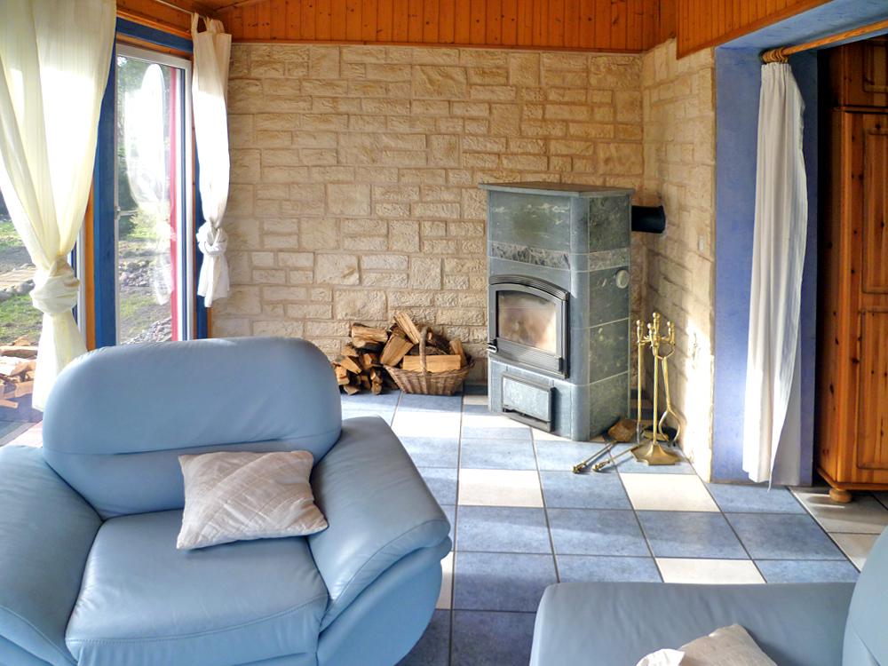 Wohnzimmer mit Glasfront und Kaminofen