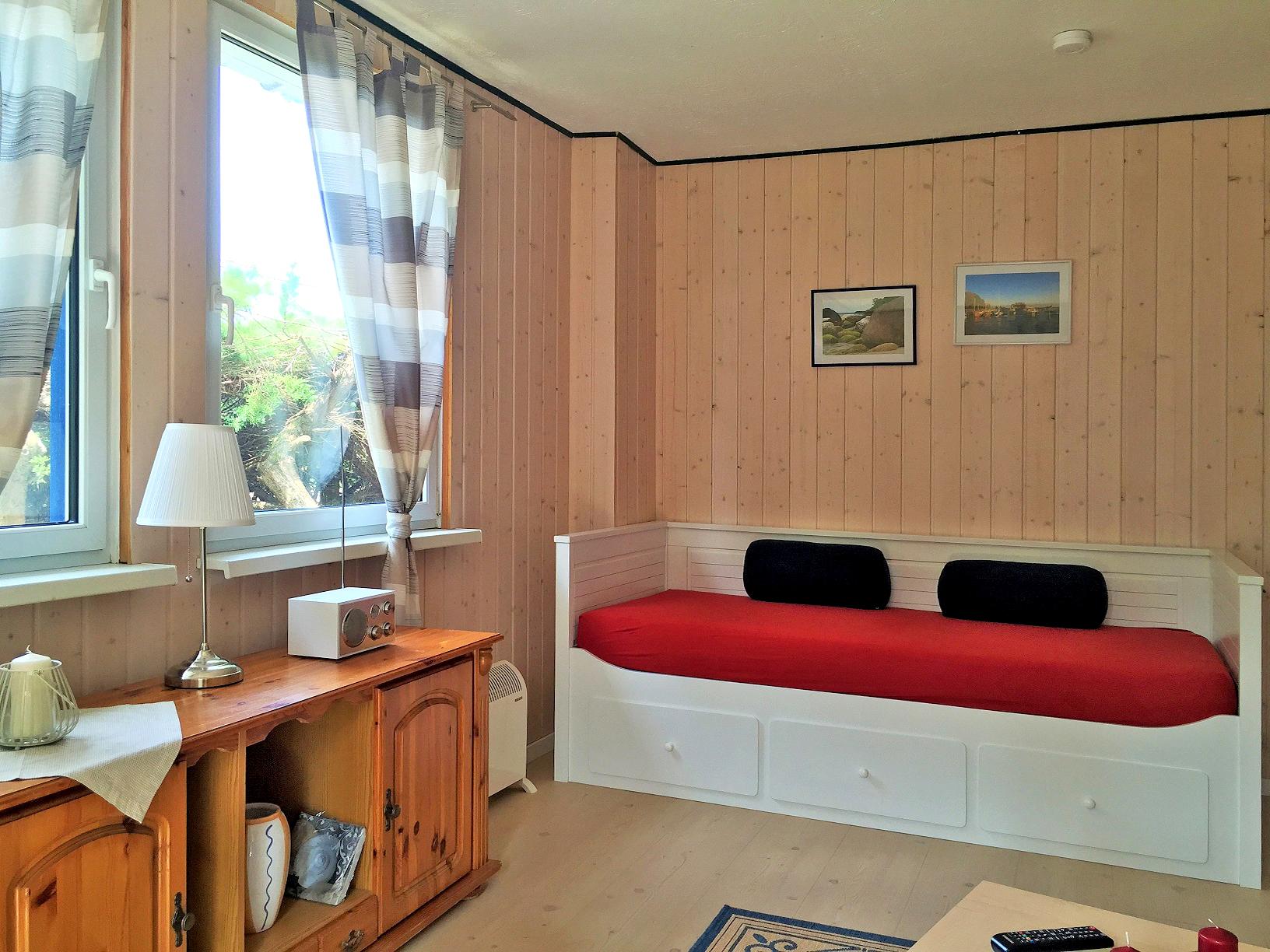 Einzelbett im Wohnraum