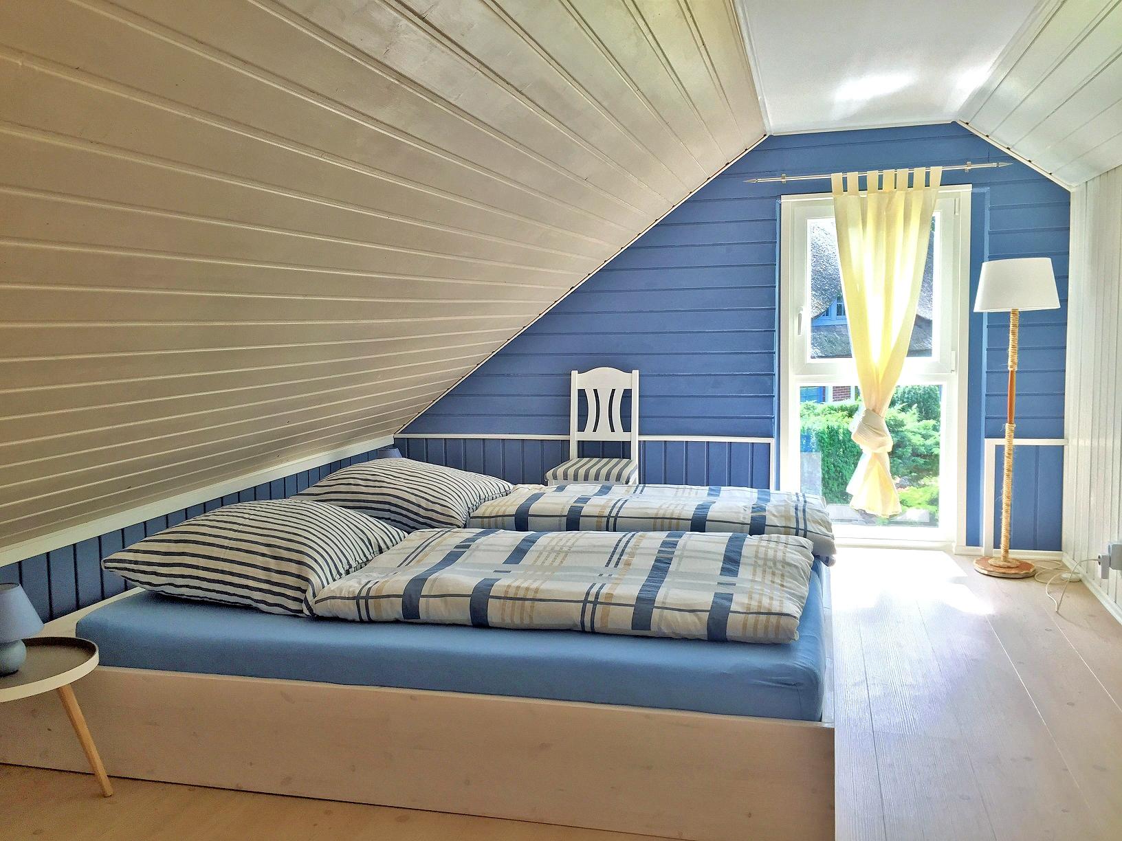Schlafzimmer im weißen Ferienhaus