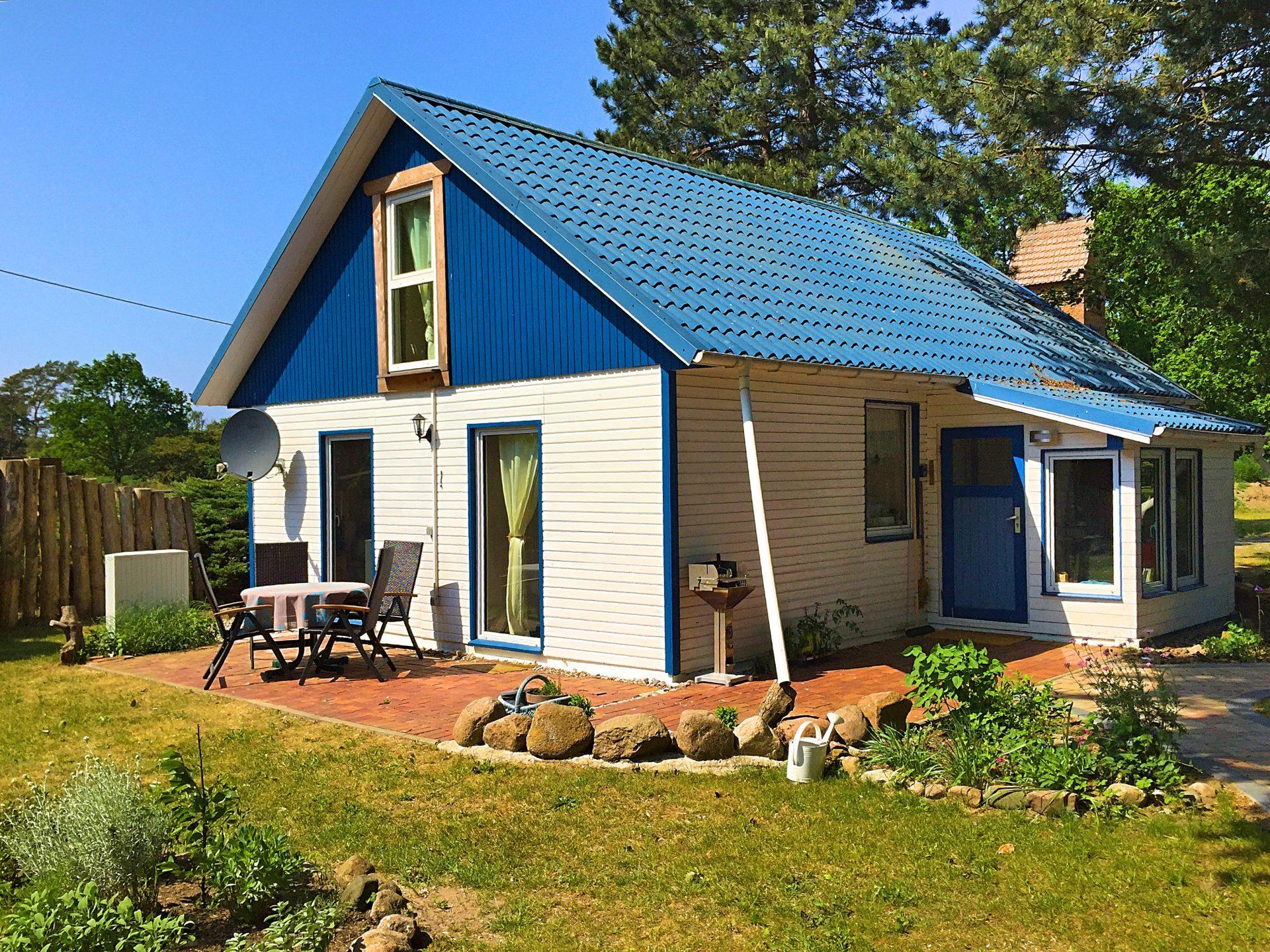 blaues Ferienhaus mit Terrasse