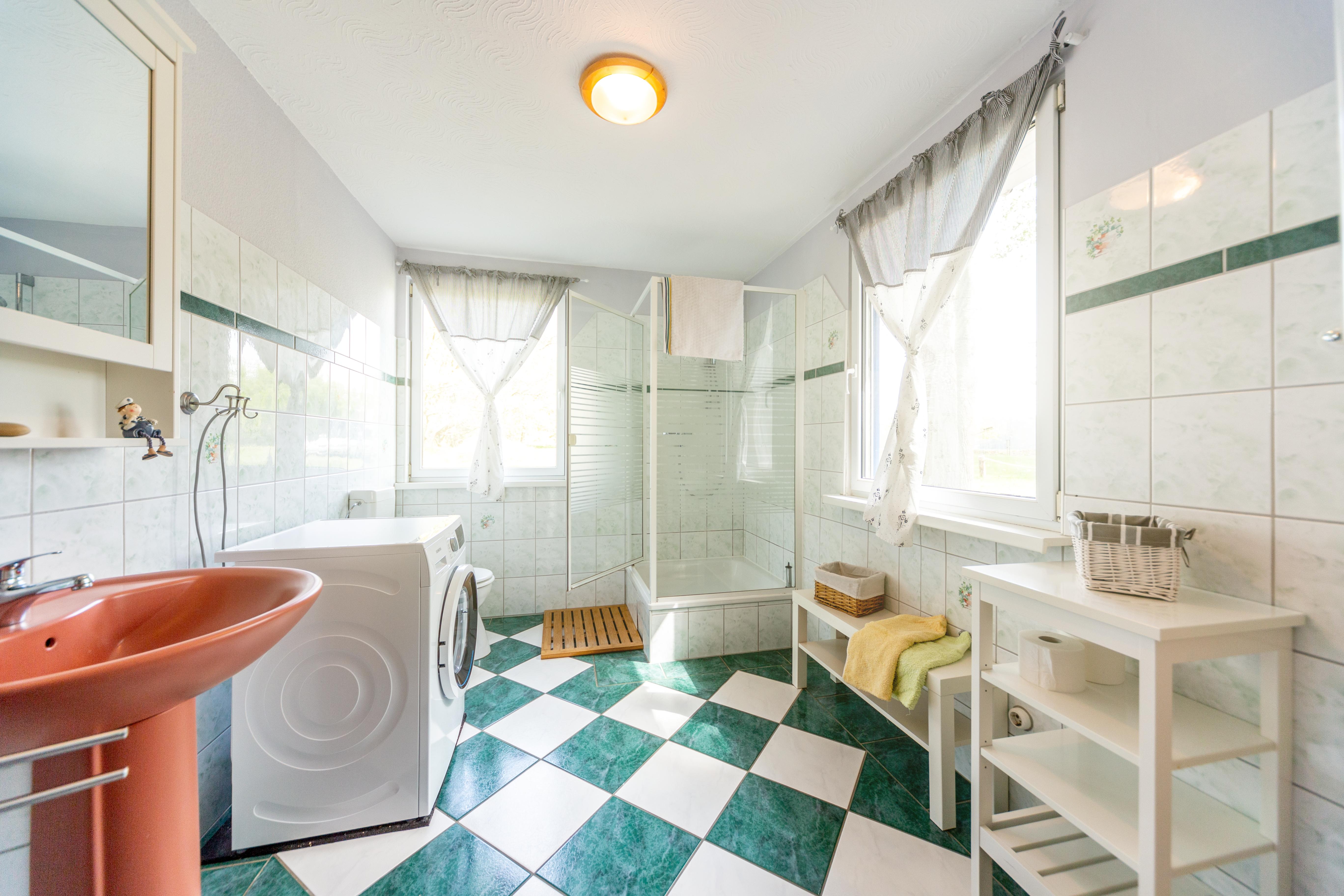Bad mit Dusche, WC & Waschmaschine