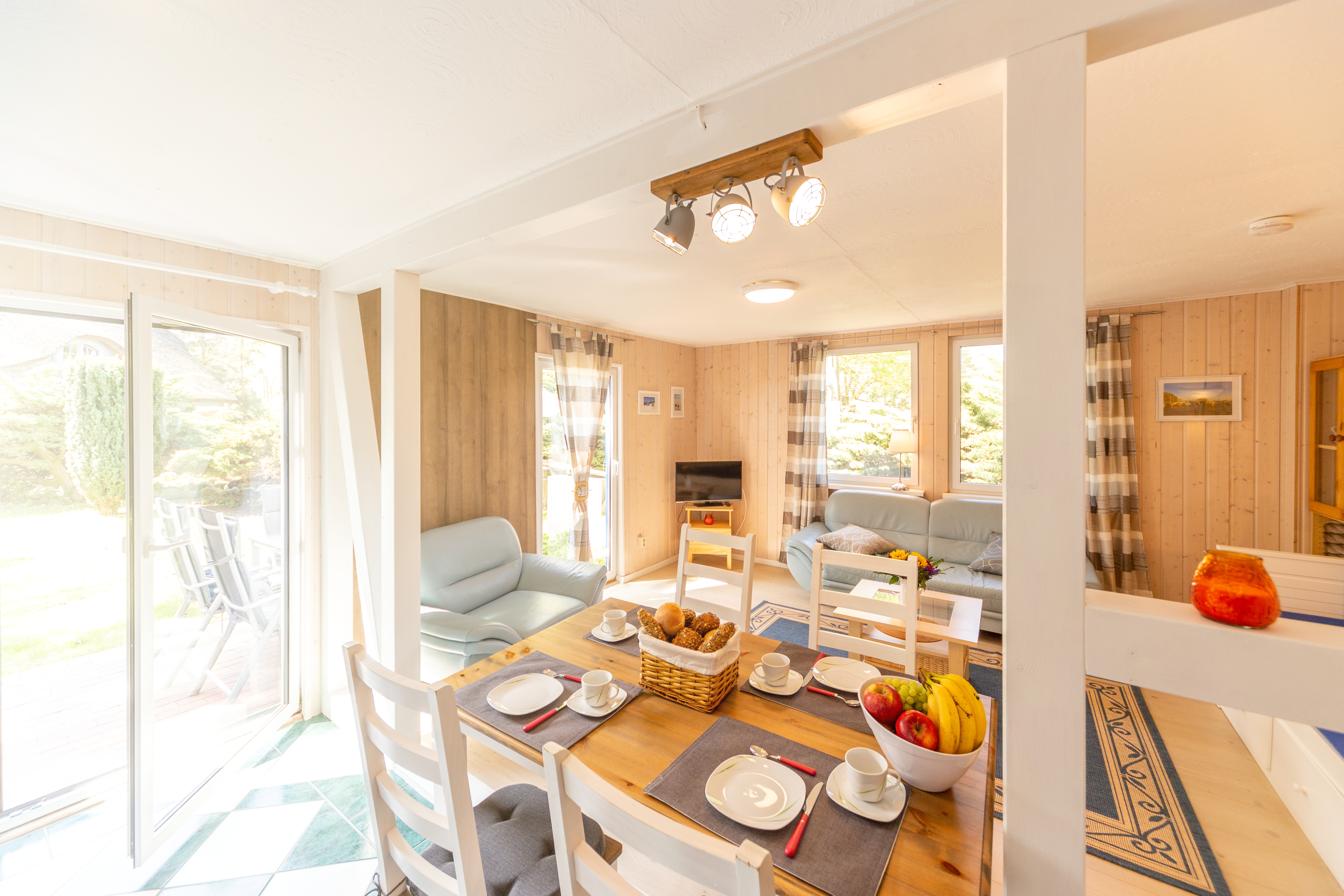 geräumiger Wohnraum mit offener Küche