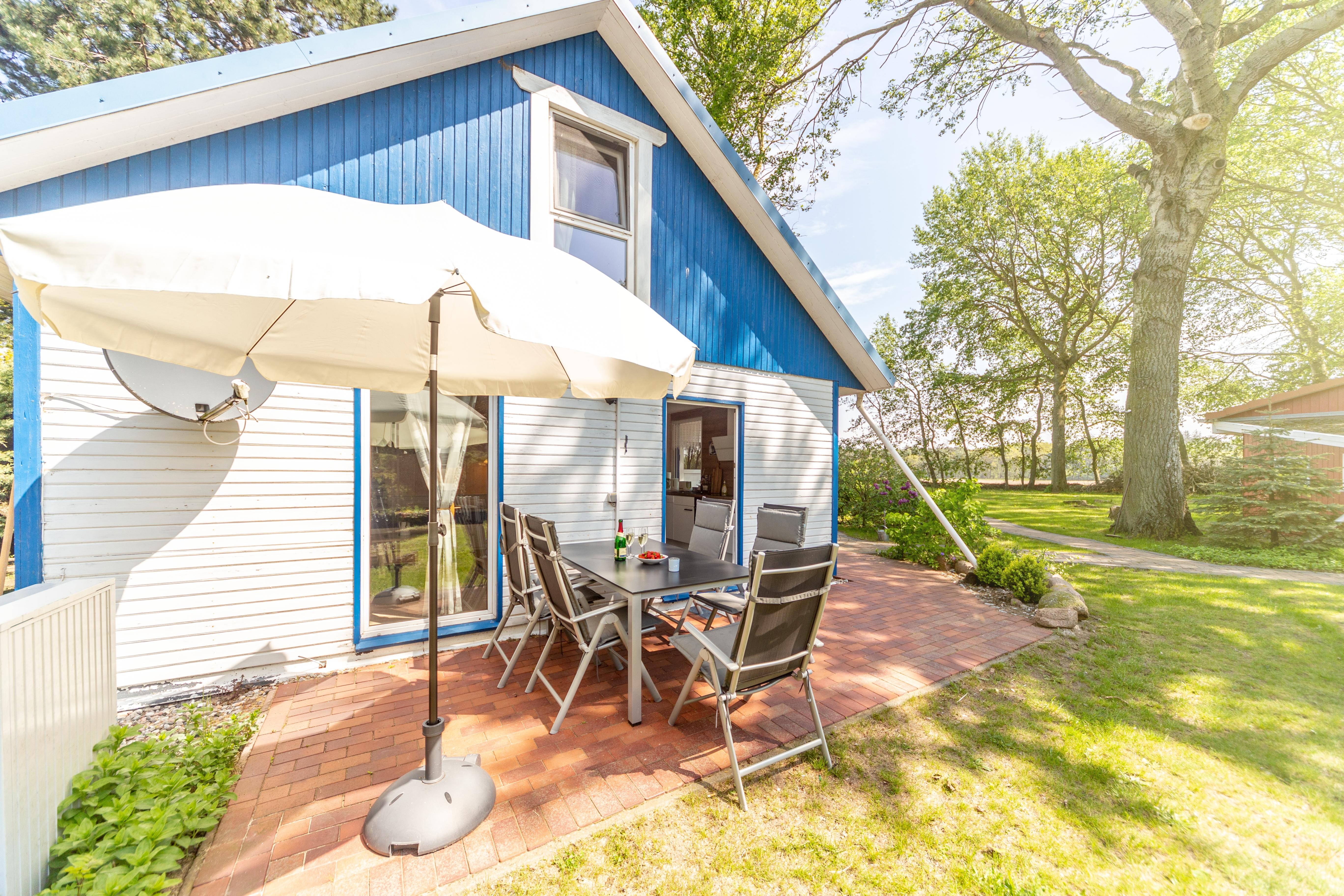 weißes Ferienhaus mit Terrasse