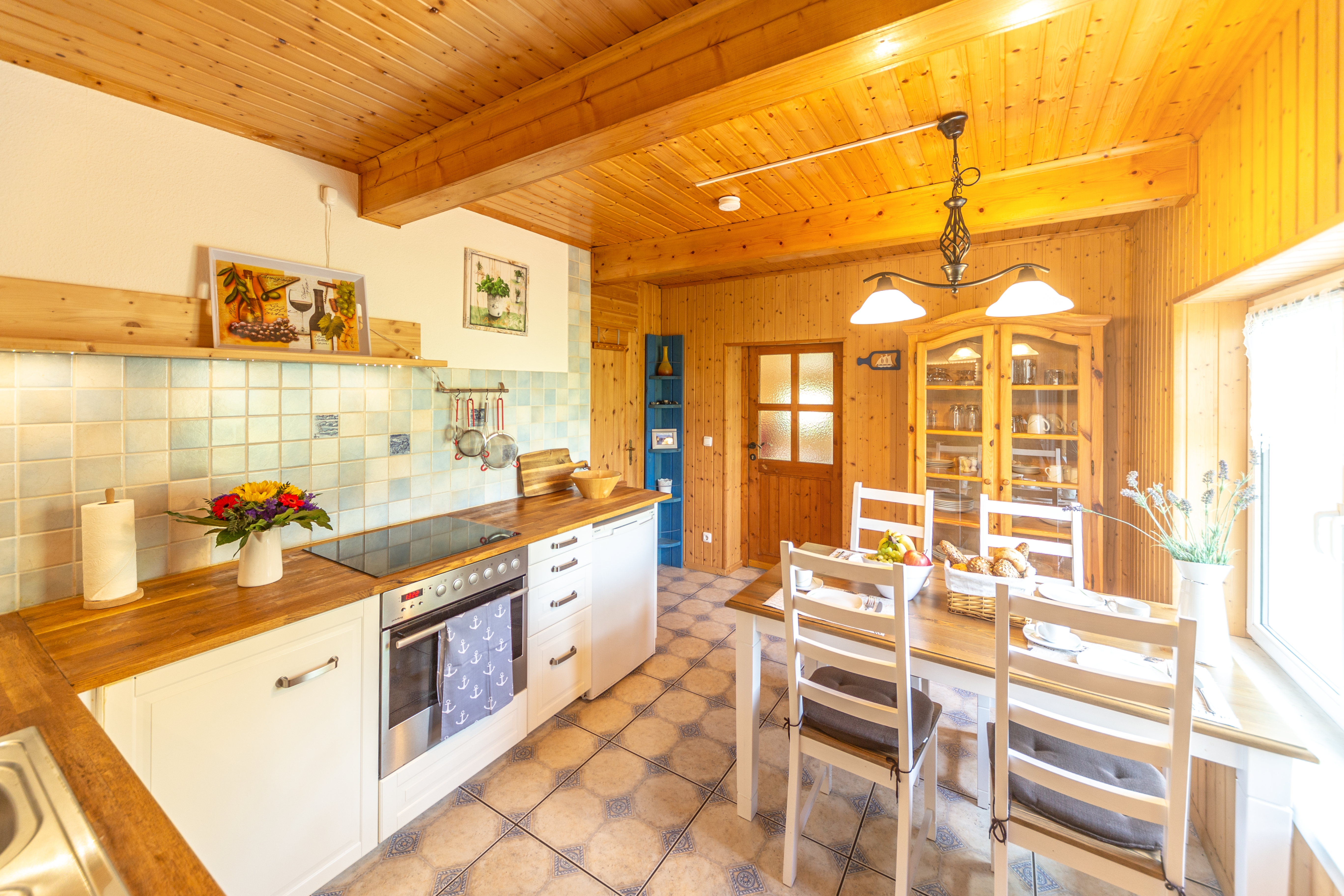 geräumige Küche mit Esstisch