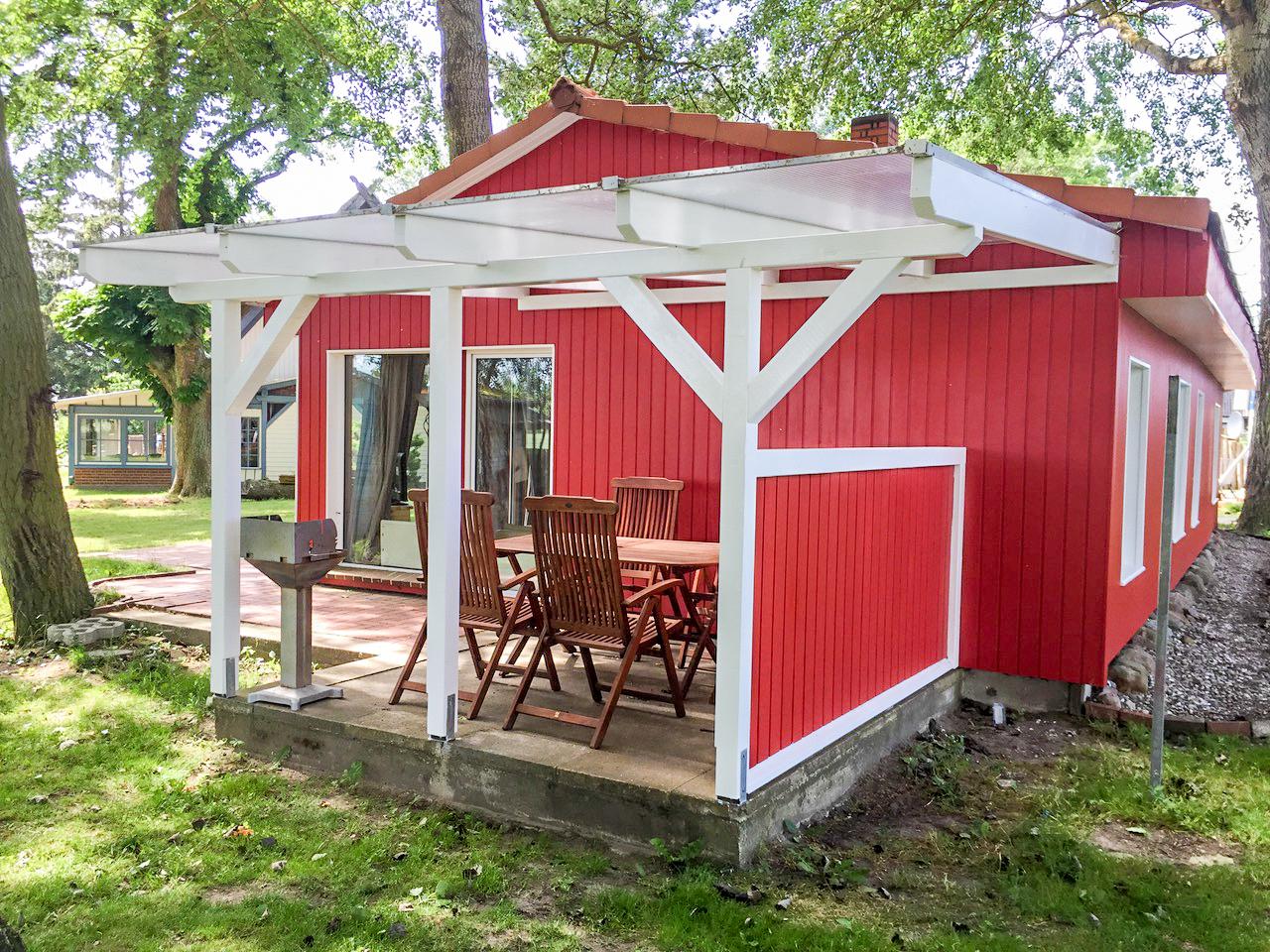 rotes Ferienhaus mit Veranda