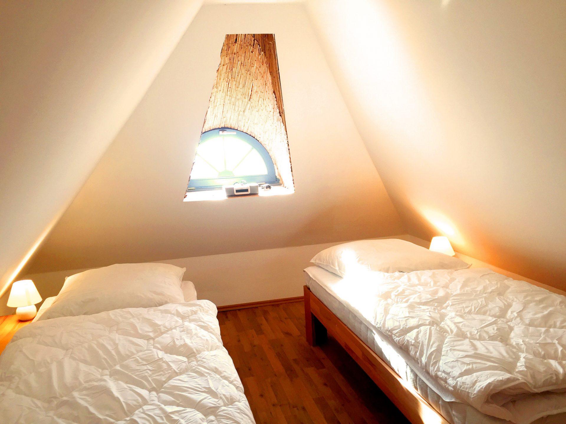 drittes Schlafzimmer mit vier Einzelbetten